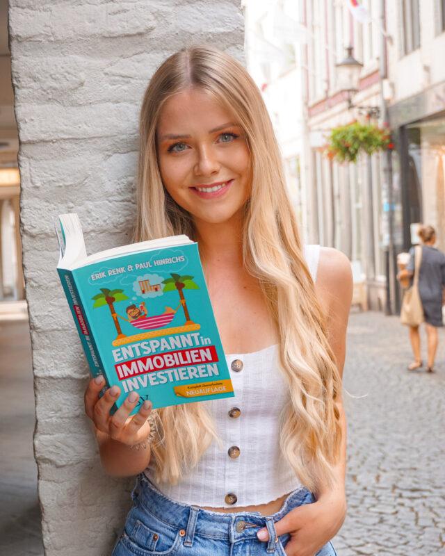 Celine Nadolny - Frau liest Buch entspannt investieren