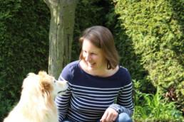 Lachende Frau mit Hund